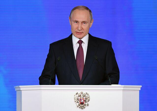 Vladimir Putin vystupuje s prohlášením před Federálním shromážděním