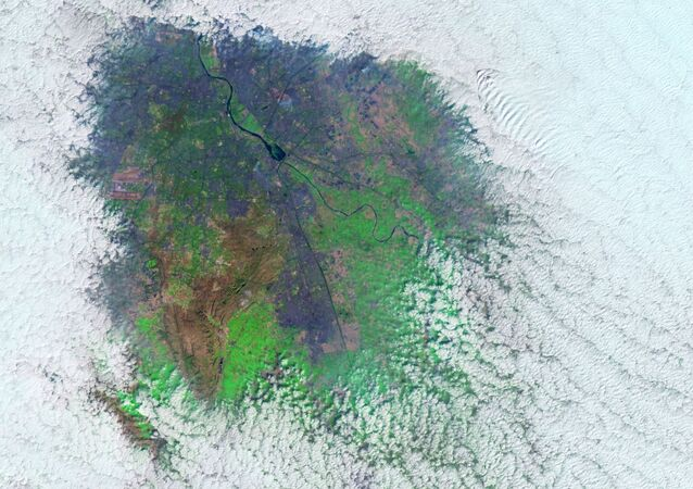Díra v mlze nad Novým Dillí