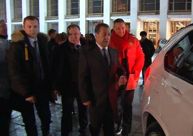 Ruský premiér předal klíče od aut ruským medailistům