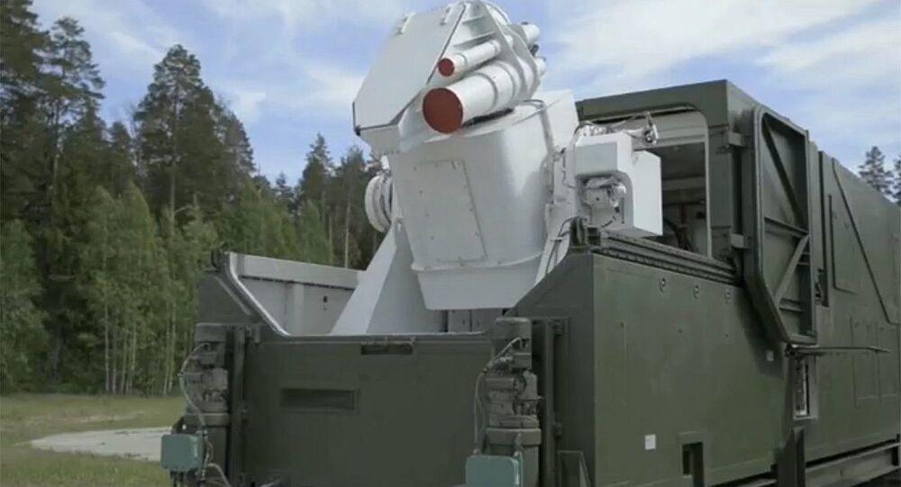 Vyobrazení laserového systému během přenosu projevu prezidenta Ruska Vladimira Putina Federálnímu shromáždění.