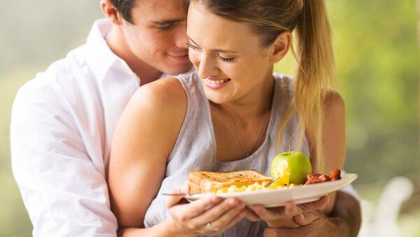 Mladý pár během snídaně - Sputnik Česká republika