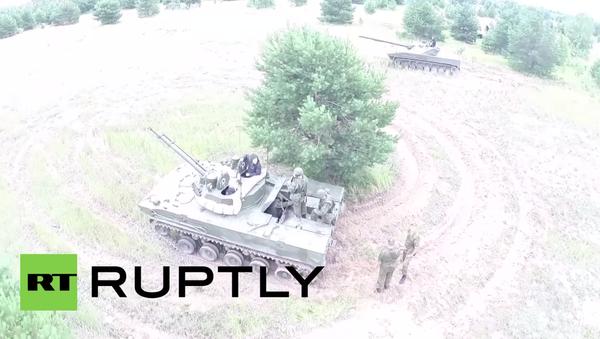 Dron zachytil nejnovější ruskou vojenskou techniku v akci - Sputnik Česká republika