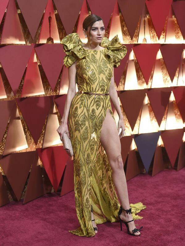 Každoroční ceremoniál předávání Oscarů je pro mnoho celebrit jedinečnou šancí prezentovat nejenom roli,  ve které hrají, ale také i samu sebe. Díky šatům, které si obléknou, se mohou stát jak předmětem obdivu, ale i terčem posměchu celé mezinárodní módní společnosti. - Sputnik Česká republika