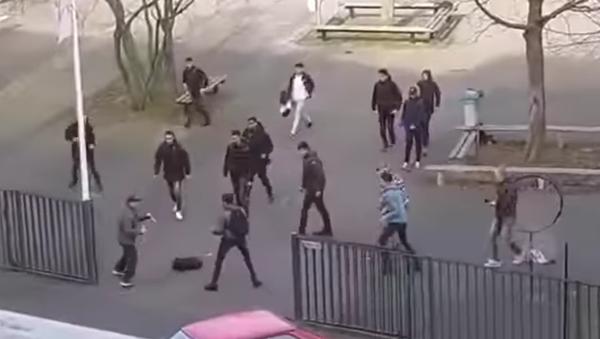 Odvážní studenti zahnali útočníka s noži - Sputnik Česká republika