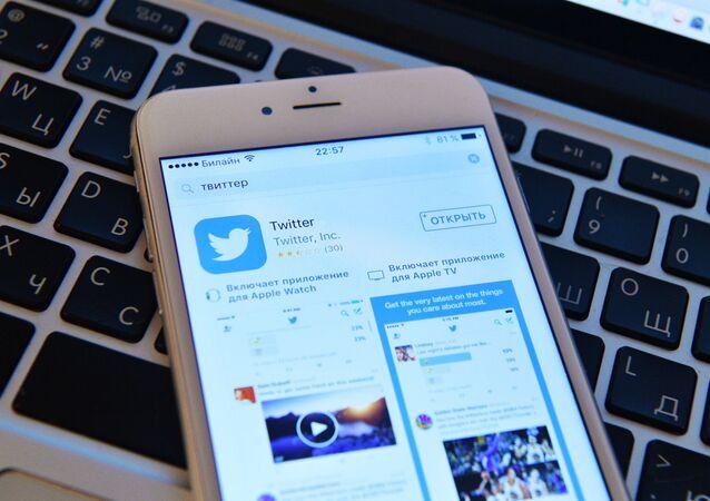 Stránka sociální sítě Twitter na obrazovce smartphonu