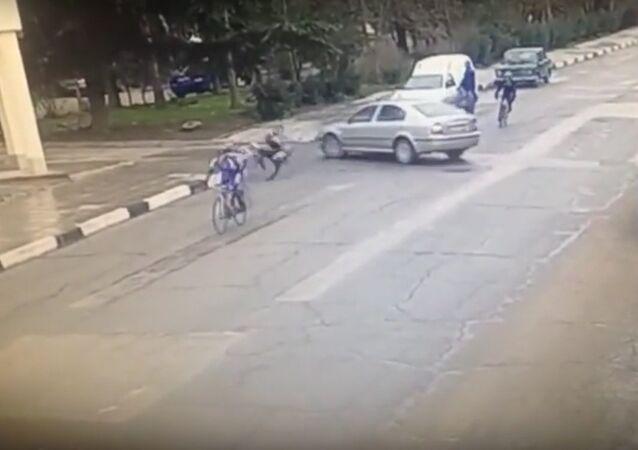 Na internetu se objevil videozáznam nájezdu auta do skupiny cyklistů ve městě Alušta