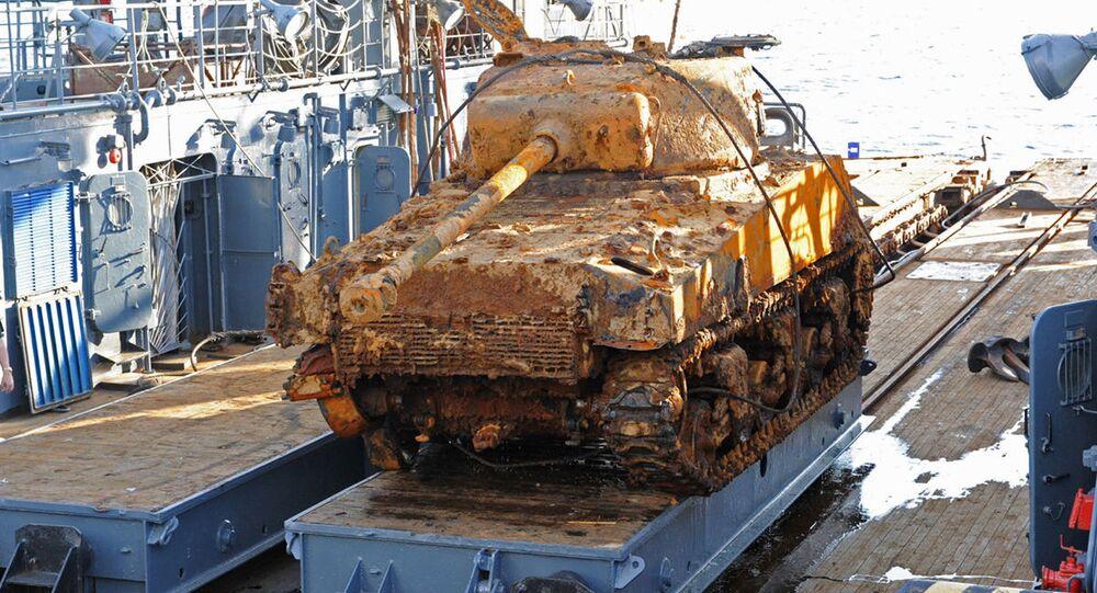 Zvednutí dvou tanků Sherman na Baltském moři