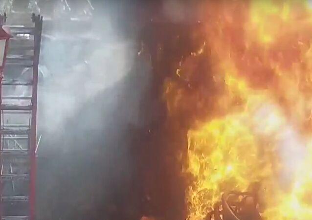 """""""Ohnivý záblesk"""" vyšlehl z asfaltu v Amsterdamu (VIDEO)"""