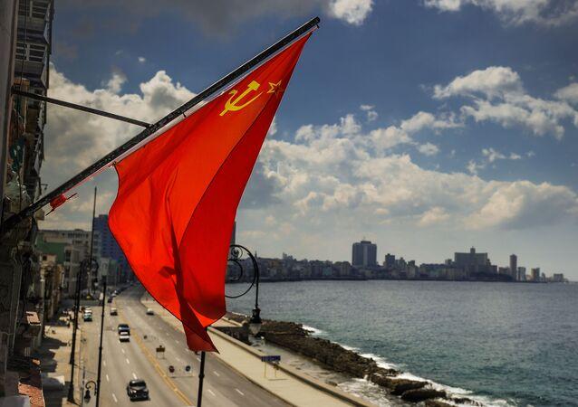 Sovětská vlajka na pobřeží Havany