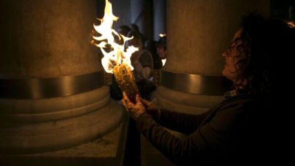 Svíčka zapálená od Požehnaného ohně - Sputnik Česká republika