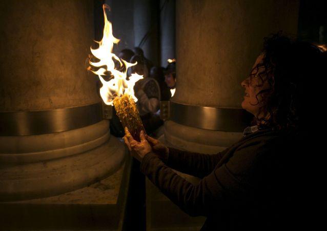 Svíčka zapálená od Požehnaného ohně