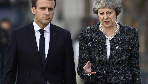 Francouzský prezident Emmanuel Macron a britská premiérka Theresa Mayová - Sputnik Česká republika