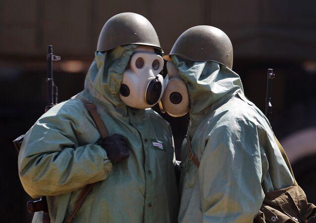Vojáci v ochranných oblecích