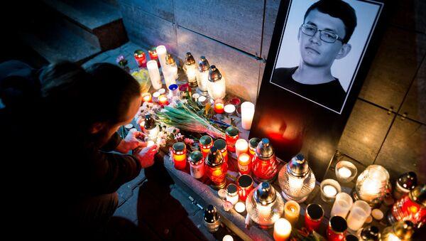Svíčky u portrétu zavražděného slovenského novináře Jána Kuciaka  - Sputnik Česká republika