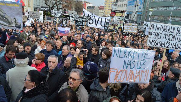 Do ulíc slovenských miest vyšli v piatok poobede opäť desiatky tisíc demonštrantov - Sputnik Česká republika