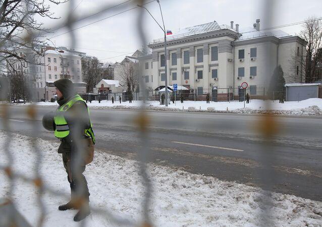 Pracovníci Ministerstva vnitra Ukrajiny blokují budovu ruského velvyslanectví v Kyjevě