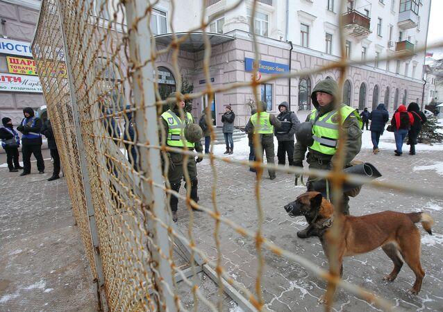 Pracovníci Ministerstva vnitra Ukrajiny blokují budovu velvyslanectví RF v Kyjevě