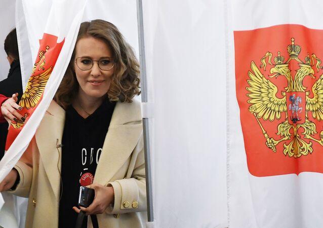 Xenija Sobčaková ve volební místnosti