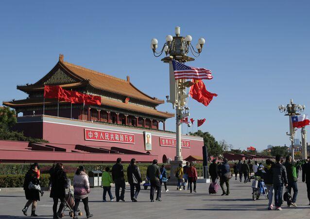 Vlajky USA a Číny v Pekingu