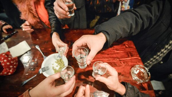 Lidé pijí vodku - Sputnik Česká republika