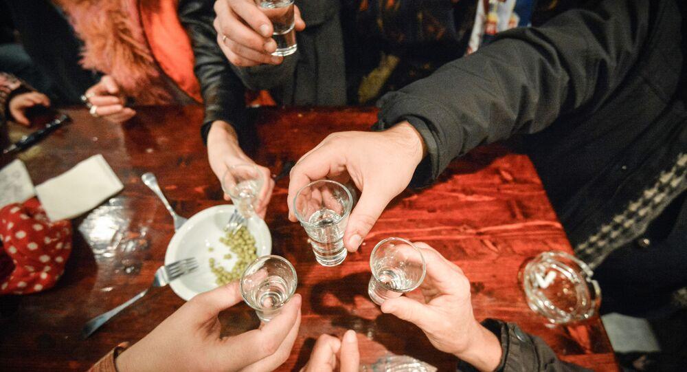 Lidé pijí vodku