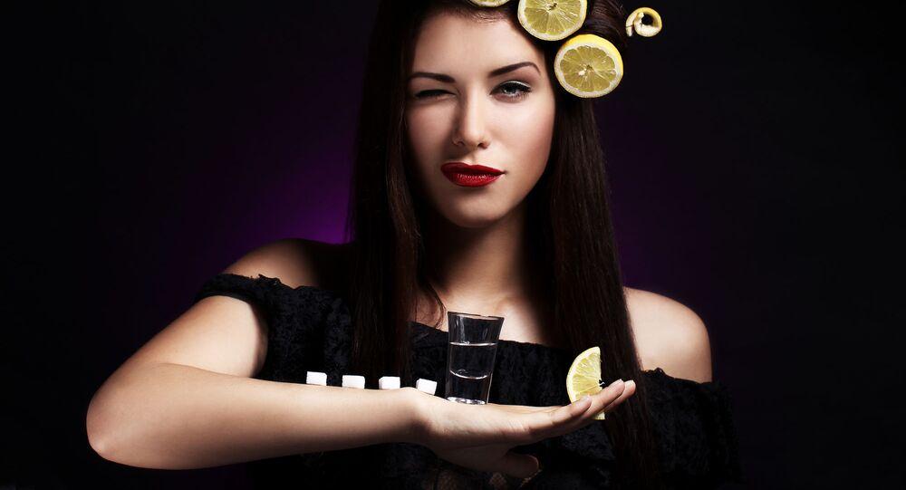 Dívka drží sklenici s vodkou