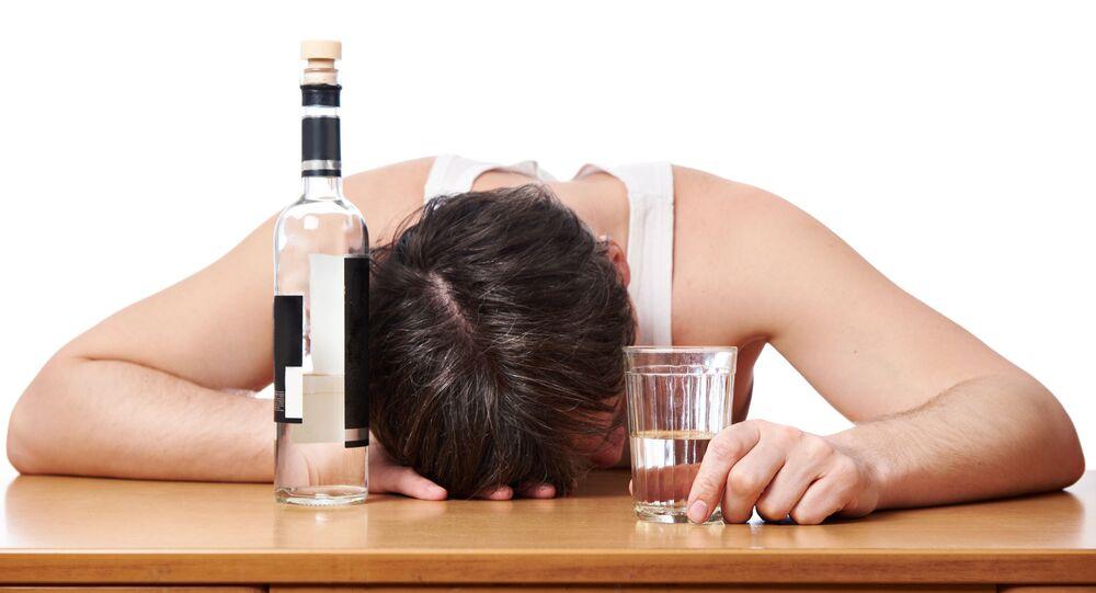 Opilý muž s láhví vodky