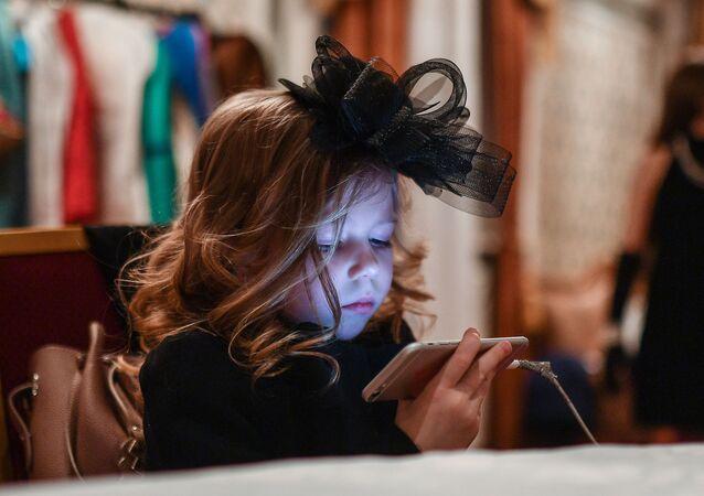 Holčička s mobilem