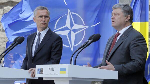Tajemník Jens Stoltenberg a ukrajinský prezident Petro Porošenko - Sputnik Česká republika