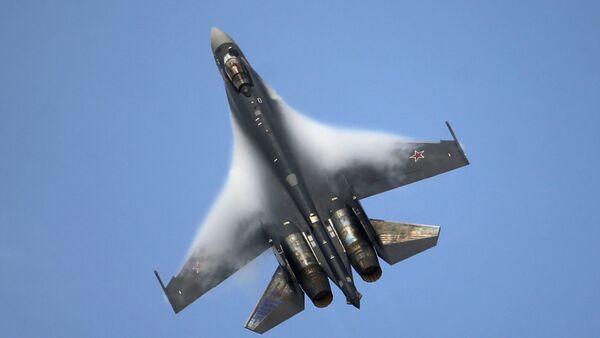 Víceúčelový supermanévrovatelný stíhací letoun SU-35, který ještě netvoří výzbroj RF, již vyzval zájem zahraničí. - Sputnik Česká republika