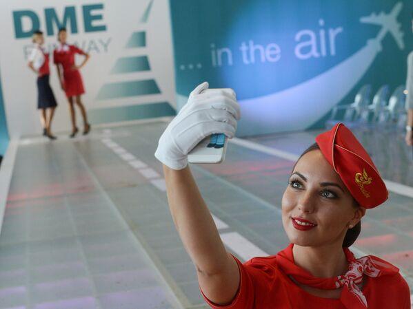 Letuška společnosti Rusline dělá selfie - Sputnik Česká republika
