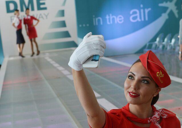 Letuška společnosti Rusline si dělá selfie