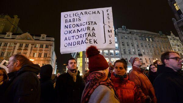 Demonstranti protestují proti  Zdeňku Ondráčkovi a komunistům v Praze - Sputnik Česká republika