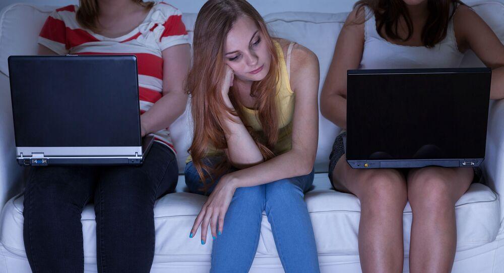 Dívky chatují místo toho, aby se bavily