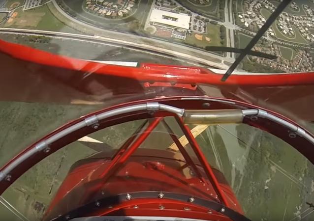 Pilotovi se podařilo spustit porouchaný motor několik metrů nad zemí