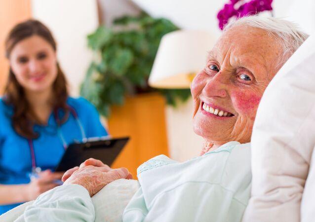Seniorka v nemocnici. Ilustrační foto