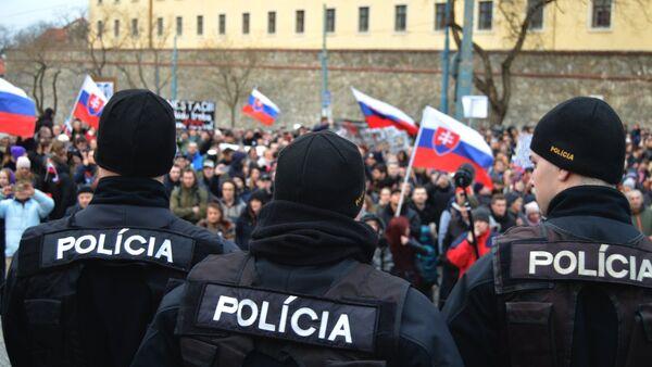 Policajti v strehu: Po skončení pochodu chránili parlament pred nahnevanými demonštrantmi - Sputnik Česká republika