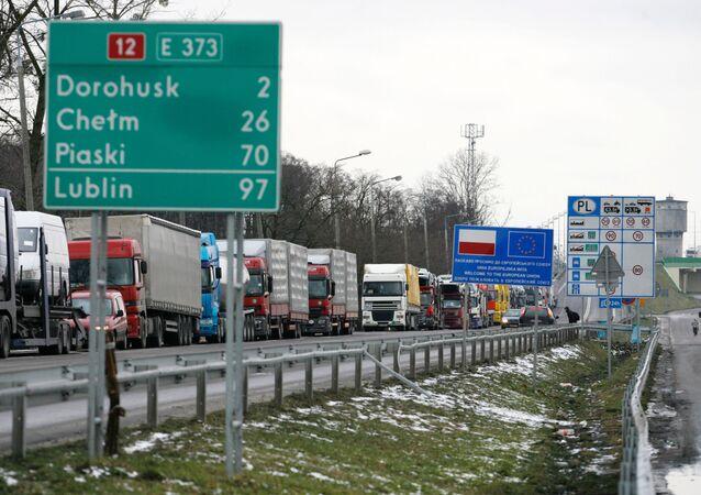 Kolony nákladních aut na hranicích mezi Polskem, Ukrajinou a Běloruskem u města Dorohusk