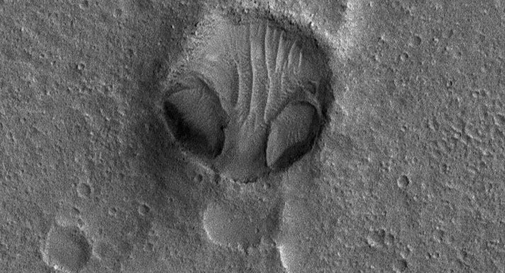 """NASA zveřejnila fotografii obrovské """"hlavy mimozemšťana"""""""