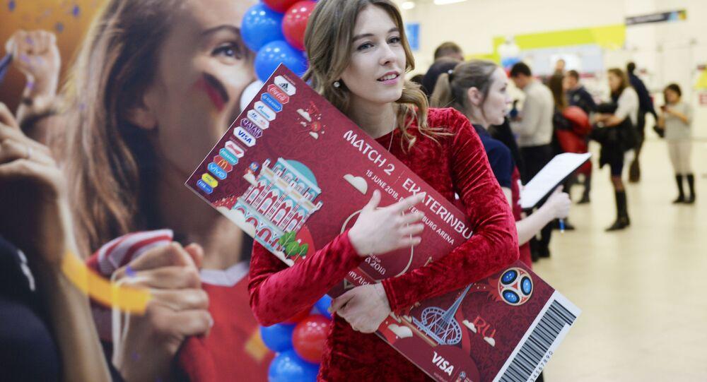 Dívka s maketou vstupenky na MS 2018 v Rusku
