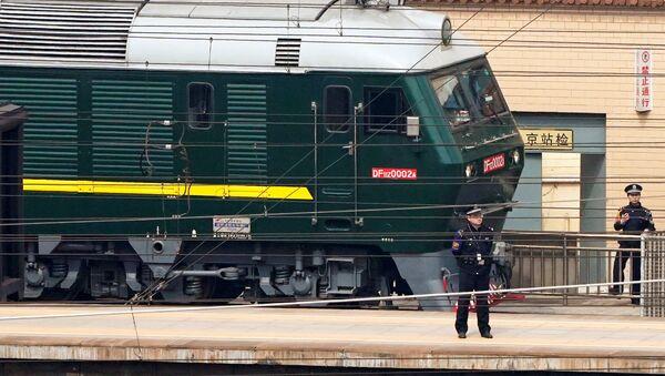 Policista hlídá vlak na nádraží v Pekingu - Sputnik Česká republika