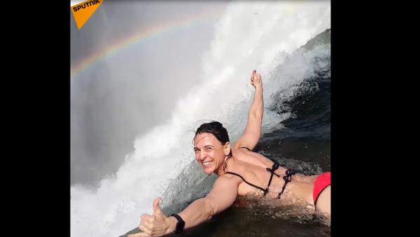 Bláznivá odvaha: kráska se koupe v Ďáblově bazénku nad propastí hlubokou 108 metrů - Sputnik Česká republika
