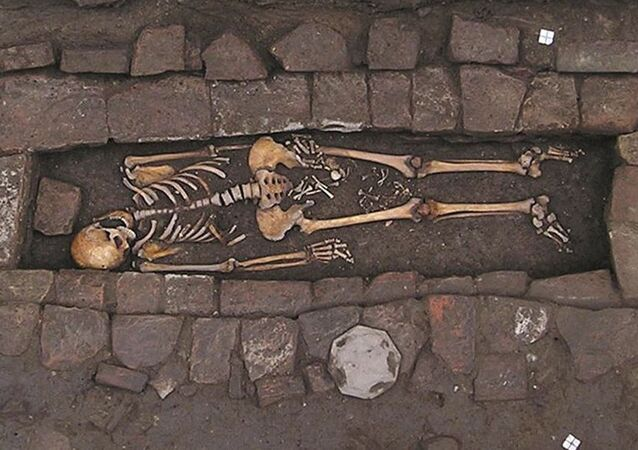 Kostra ženy, která porodila po smrti
