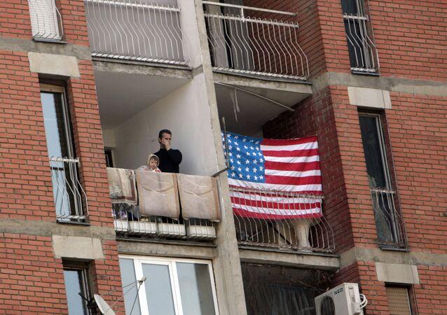 Americká vlajka na domě v Prištině