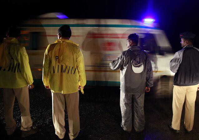 Policisté a sanitka v Indii
