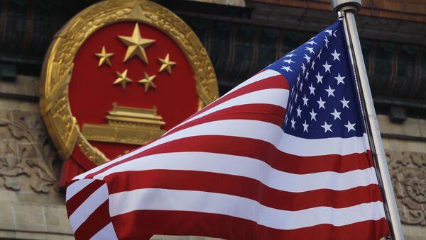 Vlajka USA na pozadí emblémy Číny - Sputnik Česká republika