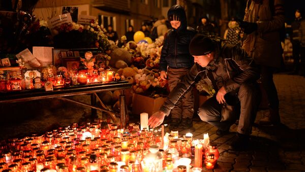Lidé zapalují svíce na památku obětí v Kemerovu - Sputnik Česká republika