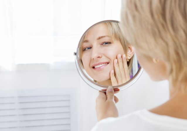 Dívka se na sebe usmívá v zrcadle