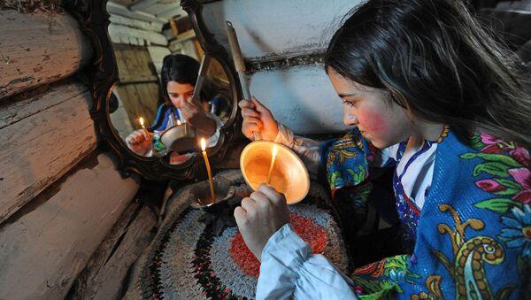 Девушка гадает во время святок в Челябинске - Sputnik Česká republika
