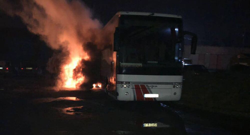 Ukrajinští radikálové ve Lvově zapálili polský autobus